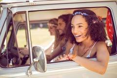Amis de hippie sur le voyage par la route Images libres de droits