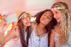 Amis de hippie sur le voyage par la route prenant le selfie Photo libre de droits