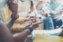 Amis de hippies de groupe reposant Sofa Using Modern Tablet Département créatif fonctionnant ensemble des instruments de Digital  Images stock