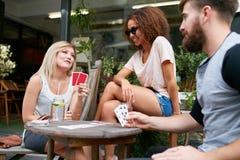 Amis de jeunes femmes passant une commande dans un café Images libres de droits