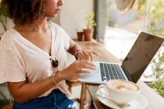 Amis de jeunes femmes passant une commande dans un café Image libre de droits