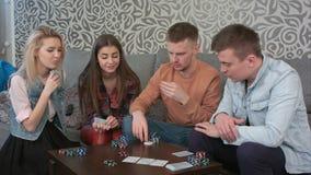 Amis de l'adolescence jouant des cartes à la maison Images libres de droits