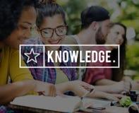 Amis de la connaissance apprenant l'éducation étudiant le concept Images stock