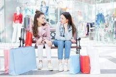 Amis de lycée traînant dans le centre commercial Photos stock