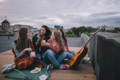 Amis de musique et de réunion de guitare acoustique sur le toit Photo stock