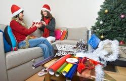 amis de Noël s'ouvrant préparant des présents Images libres de droits