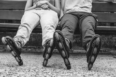 Amis de personnes détendant avec des patins de rouleau Images libres de droits