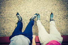 Amis de personnes détendant avec des patins de rouleau Photographie stock libre de droits