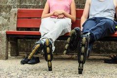 Amis de personnes détendant avec des patins de rouleau Photos stock