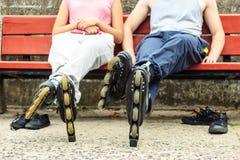 Amis de personnes détendant avec des patins de rouleau Photo libre de droits