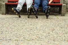Amis de personnes détendant avec des patins de rouleau Image stock