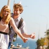 Amis de personnes faisant de l'auto-stop des vacances d'été Image libre de droits