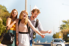 Amis de personnes faisant de l'auto-stop des vacances d'été Photo stock