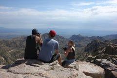 Amis de photographe sur la montagne Photographie stock libre de droits