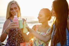 Amis de plage de milkshake Photos libres de droits