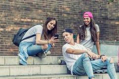 Amis de planchiste sur les escaliers, faits photo de selfie Images stock