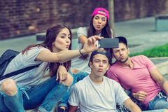 Amis de planchiste sur les escaliers, faits photo de selfie photos stock