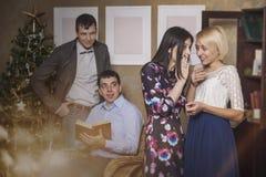 Amis de quatre hommes et femmes entrant et chuchotant dans l'interi Photo libre de droits
