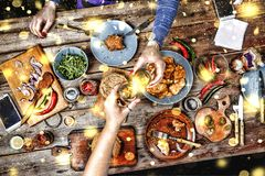 Amis de réunion à la table de Noël Sandwichs et bagels américains traditionnels, bière et vin Photos libres de droits