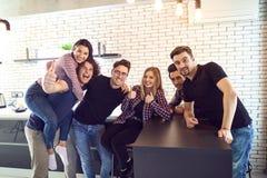 Amis de réunion dans leur temps disponible dans la chambre Photos stock