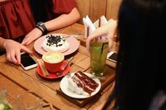 Amis de réunion en cafés et tarte aux cerises de confiserie d'ordre, mer Photographie stock