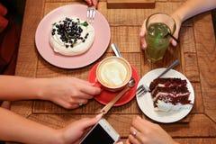 Amis de réunion en cafés et tarte aux cerises de confiserie d'ordre, mer Photos libres de droits