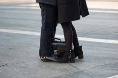 Amis de réunion ou amants dans la rue, parties du corps Photos stock