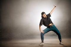Amis de salutation de fille d'adolescent tout en dansant sur la rue Photo libre de droits