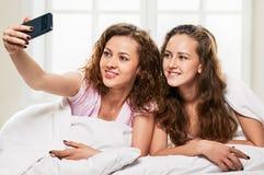 Amis de Selfie dans le lit Photos libres de droits