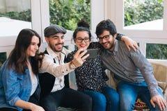 Amis de Selfie dans une barre Photo libre de droits