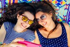 Amis de Selfie se trouvant sur la plage Photos libres de droits