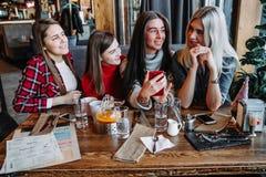 Amis de société parlant dans un café et ayant l'amusement Photographie stock