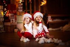 Amis de soeur de filles étreignant se reposer à l'arbre de Noël, concept Photos libres de droits