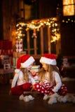 Amis de soeur de filles étreignant se reposer à l'arbre de Noël, concept Photographie stock libre de droits