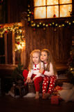 Amis de soeur de filles étreignant se reposer à l'arbre de Noël, concept Image stock