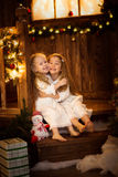 Amis de soeur de filles étreignant se reposer à l'arbre de Noël, concept Photo libre de droits