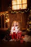 Amis de soeur de filles étreignant se reposer à l'arbre de Noël, concept Images libres de droits