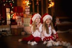 Amis de soeur de filles étreignant se reposer à l'arbre de Noël, concept Photo stock