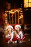 Amis de soeur de filles étreignant se reposer à l'arbre de Noël, concept Image libre de droits