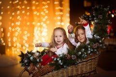 Amis de soeur de filles s'asseyant à l'arbre de Noël, concept le Christ Images libres de droits