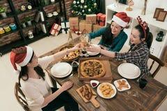 Amis de soeurs de l'Asie célébrant Noël ou la nouvelle année Images stock