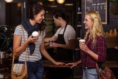 Amis de sourire appréciant le café Image libre de droits