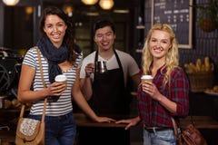 Amis de sourire appréciant le café Photographie stock libre de droits