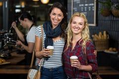 Amis de sourire appréciant le café Photos libres de droits