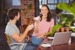 Amis de sourire appréciant le café ensemble Photo libre de droits
