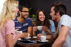 Amis de sourire appréciant le café ensemble Photographie stock