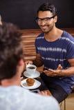 Amis de sourire appréciant le café ensemble Photos stock