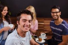 Amis de sourire appréciant le café ensemble Photos libres de droits