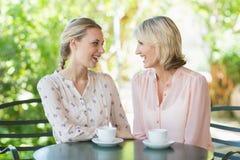 Amis de sourire appréciant le café ensemble Images libres de droits