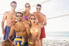 Amis de sourire après avoir joué le volleyball Photographie stock libre de droits
